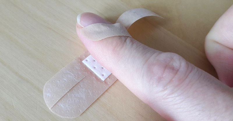 This Band Aid Hack Is Perfect For Your Finger Tip No More Loose Bandages Happytango